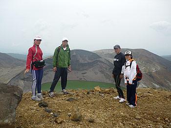 [写真]熊野岳へ出発する太田渉子たち