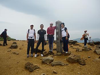 [写真]山頂で伊藤コーチ・私・みきちゃん