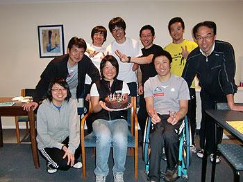 [写真]ケーキを持ち笑顔の太田渉子選手とみんなの集合写真