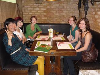 [写真]レストランでクラスメイトと
