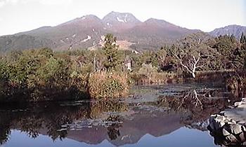 [写真]いもり池に映る妙高山