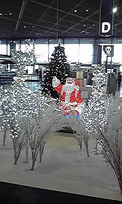 [写真]成田空港のサンタクロース