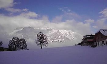 [写真]朝から雪が舞う天気。合間に山が見えた