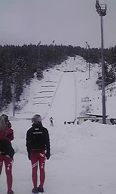 [写真]街中のスキージャンプ台