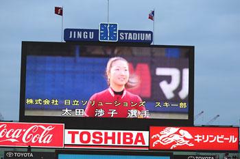 [写真]始球式にて神宮球場のスクリーンに映る太田渉子選手
