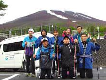 [写真]法被姿の富士登山メンバー8人とEIKIさん
