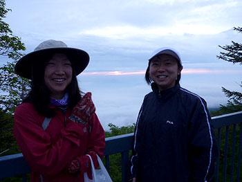 [写真]ご来光をバックに太田渉子選手と鹿沼選手