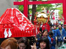[写真]神輿を担ぐ太田渉子選手