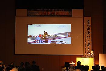 [写真]壇上で講演する太田渉子