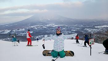 [写真]羊蹄山をバックに太田渉子