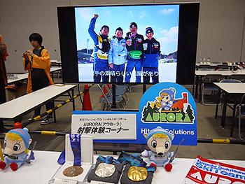[写真]長浜コーチ作成の映像が映されたスクリーン