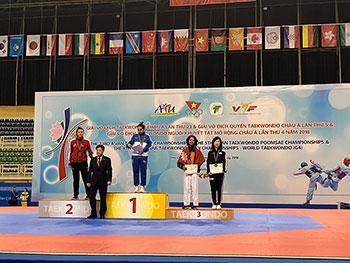 [写真]アジアパラテコンドー選手権で表彰台の太田渉子選手
