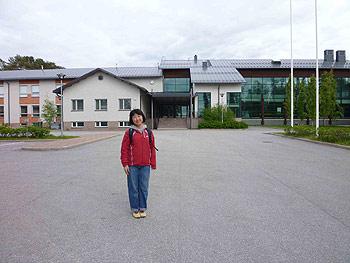 [写真]校舎をバックに立つ太田渉子選手