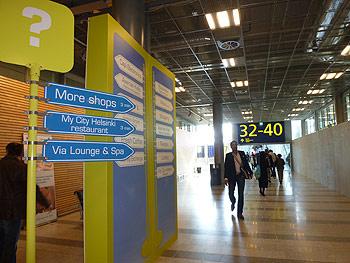 [写真]ヘルシンキ空港の案内板