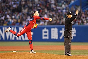 [写真]神宮球場での始球式、ボールを投げる太田渉子選手