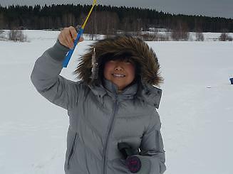 [写真]釣った魚を見せる太田渉子選手
