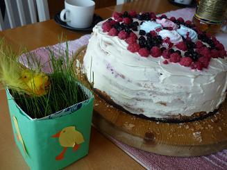 [写真]ひよこの人形とケーキ