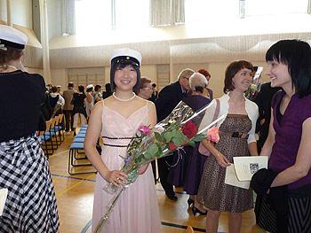 [写真]バラのブーケを持って立つ太田渉子選手