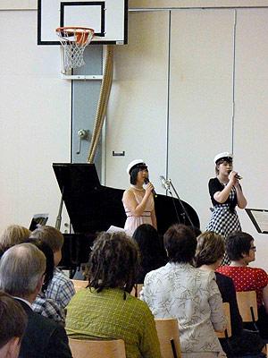 [写真]いのちの名前を歌っている太田渉子選手