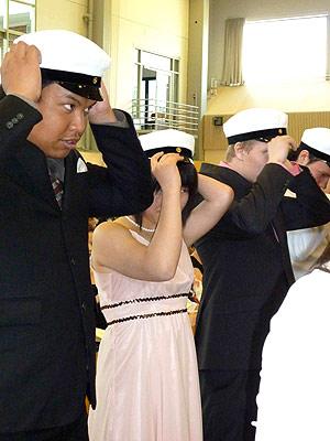 [写真]他の生徒と共にキャップ装着する太田渉子選手