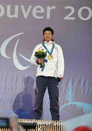[写真]金メダルを下げる新田選手