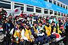 [写真]スタッフ、応援団と喜ぶ新田選手