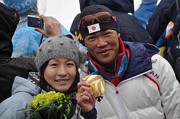 [写真]奥さんと新田選手