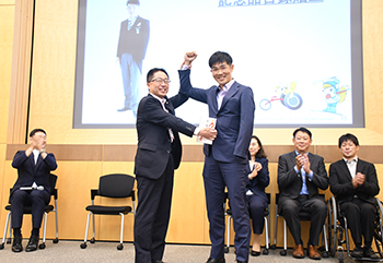 [写真]紫綬褒章を受章された新田選手に記念品の贈呈