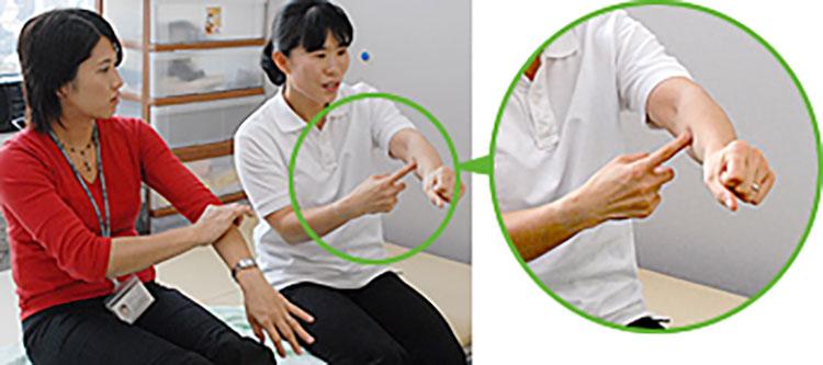 [写真]腕の中心に向かって押す