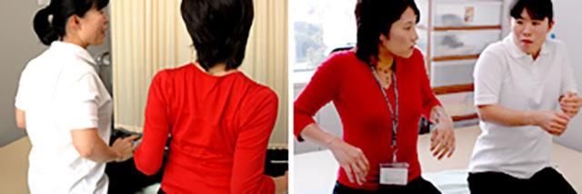 [写真]肩甲骨と肩甲骨をくっつける