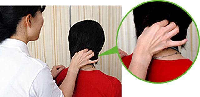 [写真]頭蓋骨の際を押している