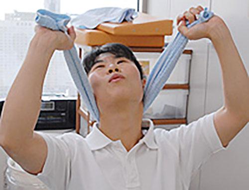 [写真]上の方向にタオルをぎゅーと持ち上げます