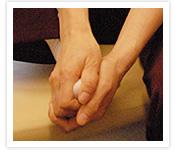 [写真]両手で覆うようにマッサージ