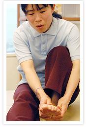 [写真]両脇から足をつかむ