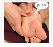 [写真]筋のラインの内側を親指で押す