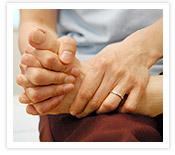 [写真]手の指で足の指をにぎる