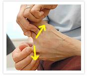 [写真]指の付け根を反らす