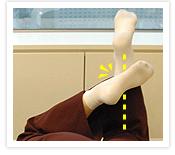 [写真]足の甲を使ってマッサージ