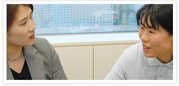 [写真]井口深雪と社員の方の会話