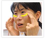 [写真]皮膚がずれない程度の強さで押す