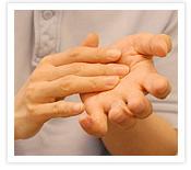 [写真]きれいな手でマッサージ
