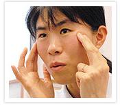 [写真]人差し指と中指でマッサージ