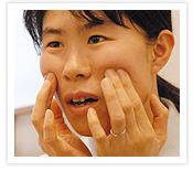 [写真]頬骨の下を押す