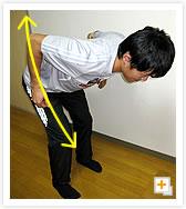 [写真]肩甲骨を意識しながら、肘を上に引く