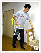 [写真]脇を締めながら肘を真上に引き上げる