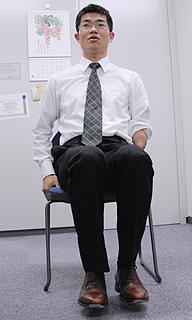 [写真]椅子に浅く腰掛けて座る