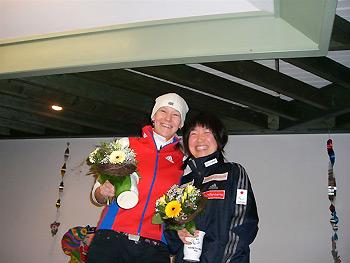 [写真]肩を寄せて笑うロシアのアンナと太田選手