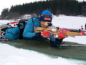 [写真]射撃の練習をする長田選手
