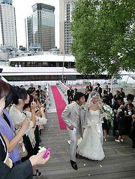 [写真]クルーザーから登場した新田選手と花嫁さん
