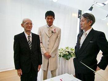 [写真]新美部長の話を直立不動で聞く「新田おじいちゃん」